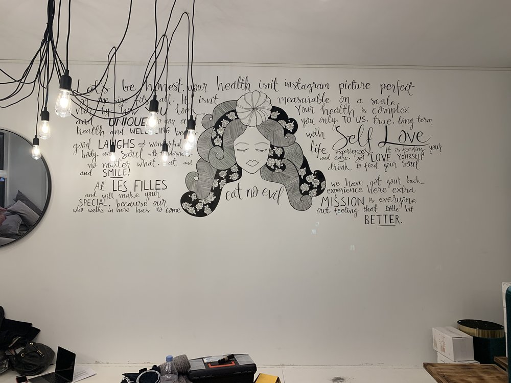 """Vẽ thêm các dòng """"typography"""" sáng tạo trên các mảng tường"""
